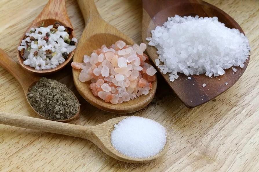 Различие между поваренной и каменной солью